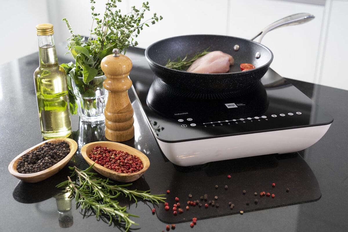 Kochplatte mit Pfanne und Gewuerzen