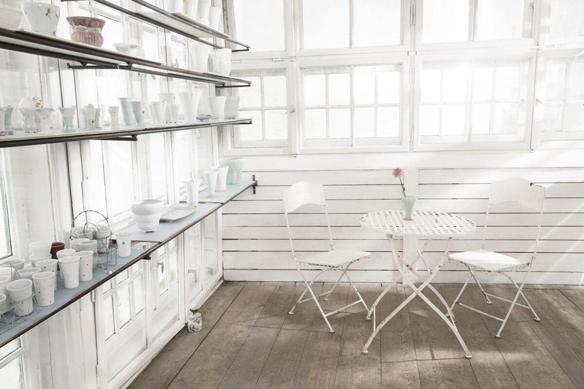 Lichtdurchflutetes Atelier mit Tisch und zwei Stuehlen