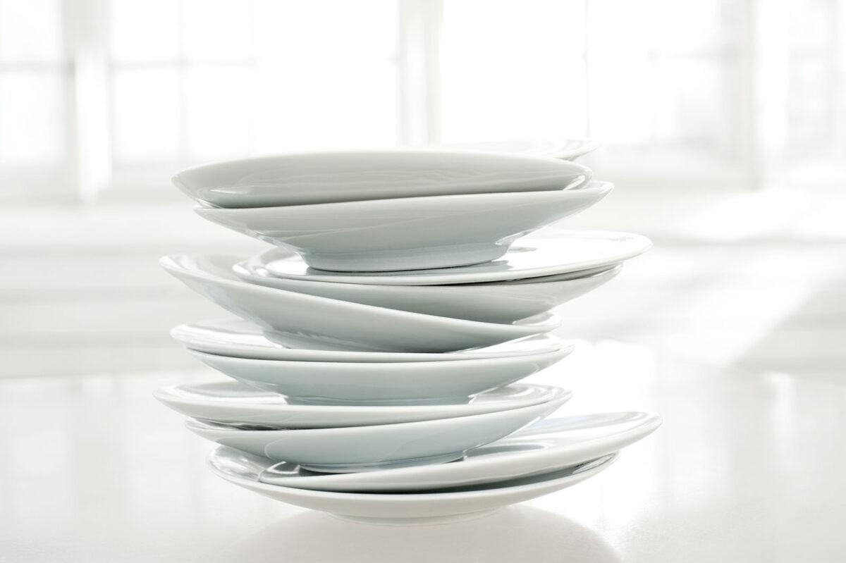 Weisse Teller aufeinander gestapelt