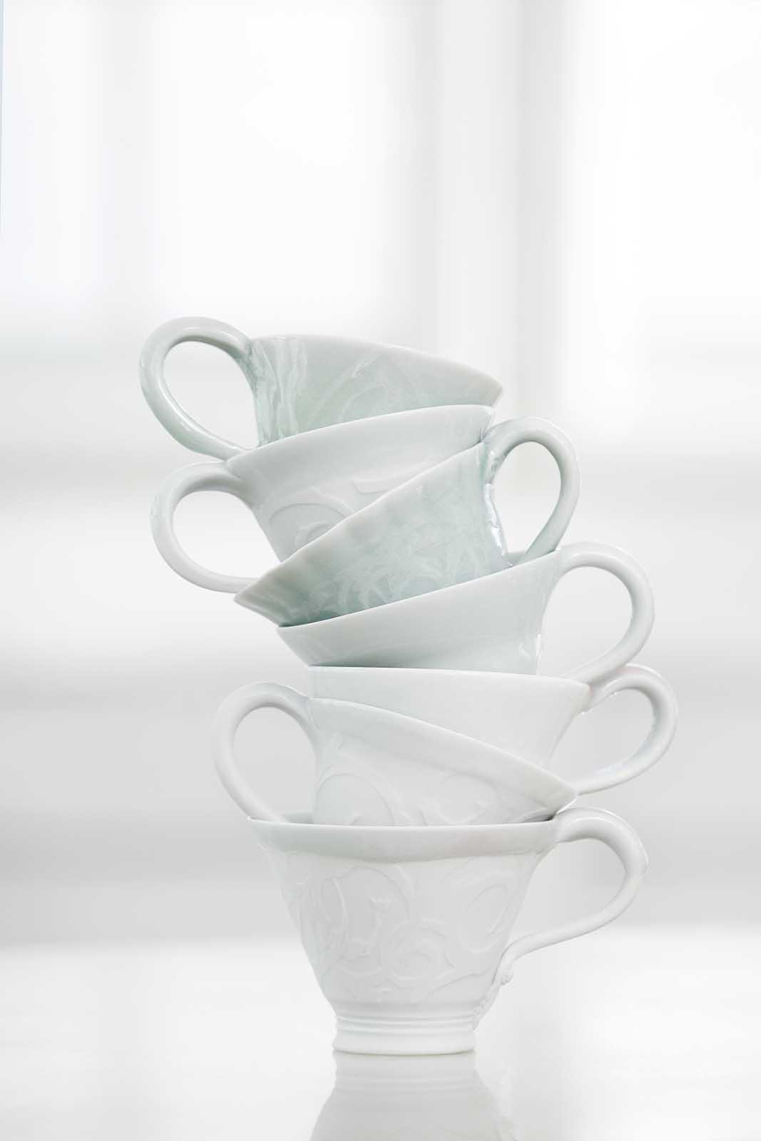 Weisse Tassen ineinander gestapelt