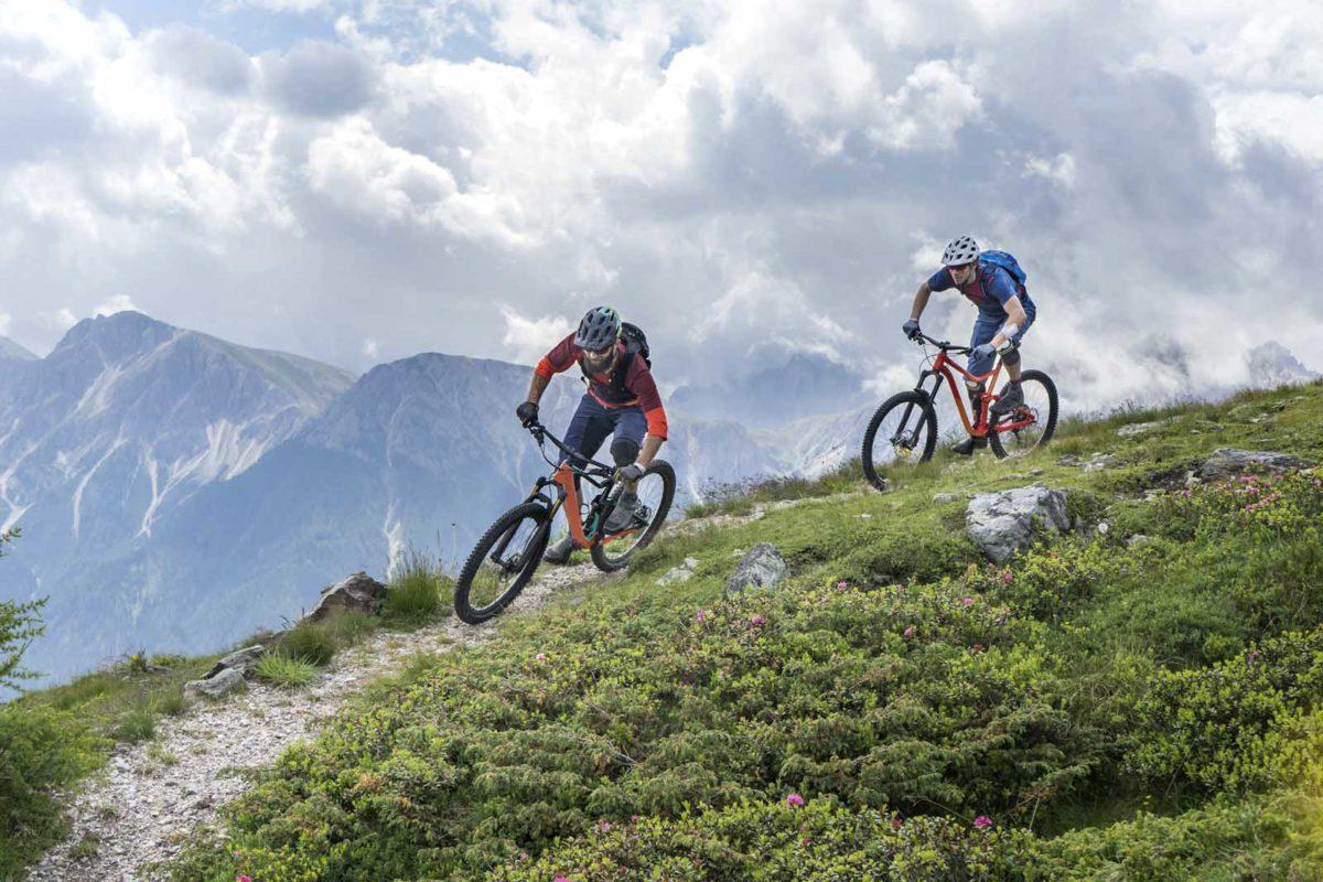 Sportfotografie-München-Mountainbike-MTB-zwei-Männar-bergab-Panorama-Kronplatz