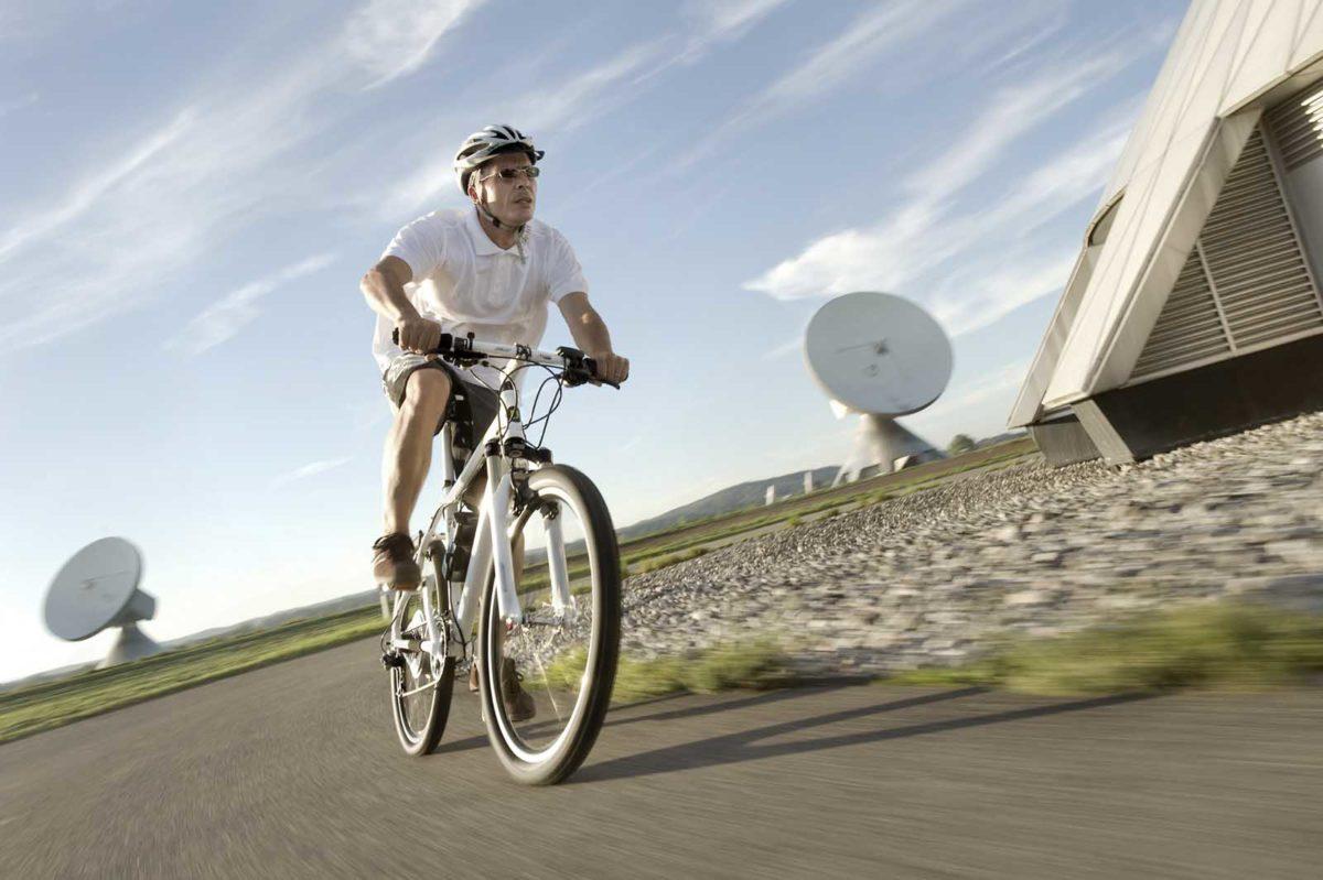 Sportfotografie-München-E-Mountainbike-EMTB-Pedelec-Mann-Straße-schnell