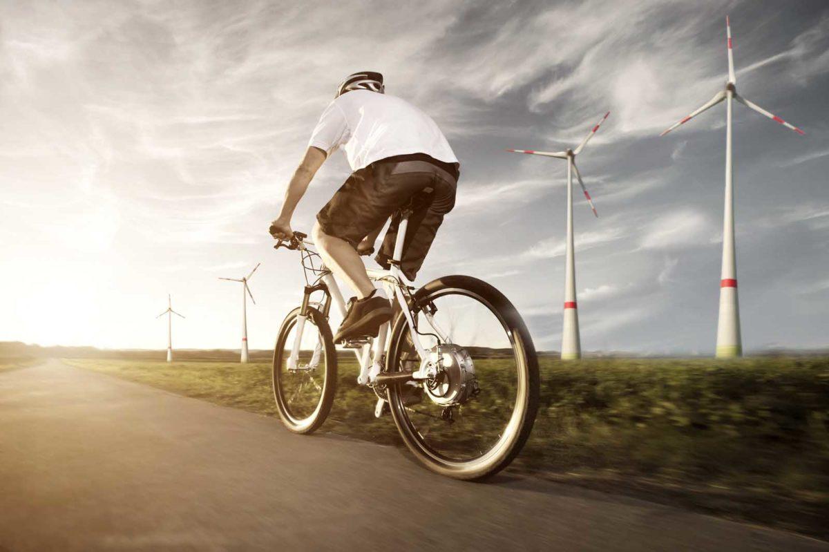 Sportfotografie-München-E-Mountainbike-EMTB-Mann-von-hinten-Abendstimmung-Straße-Windmühlen