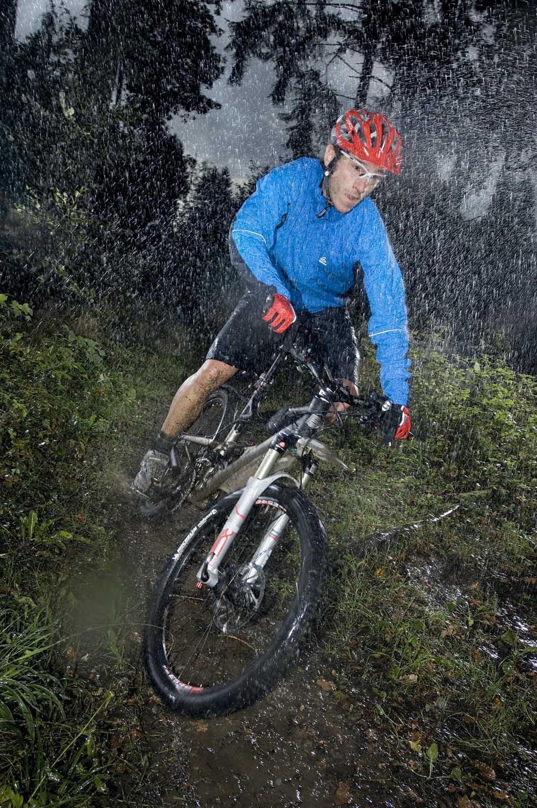 Sportfotografie-München-Mountainbike-MTB-Regen-Wald