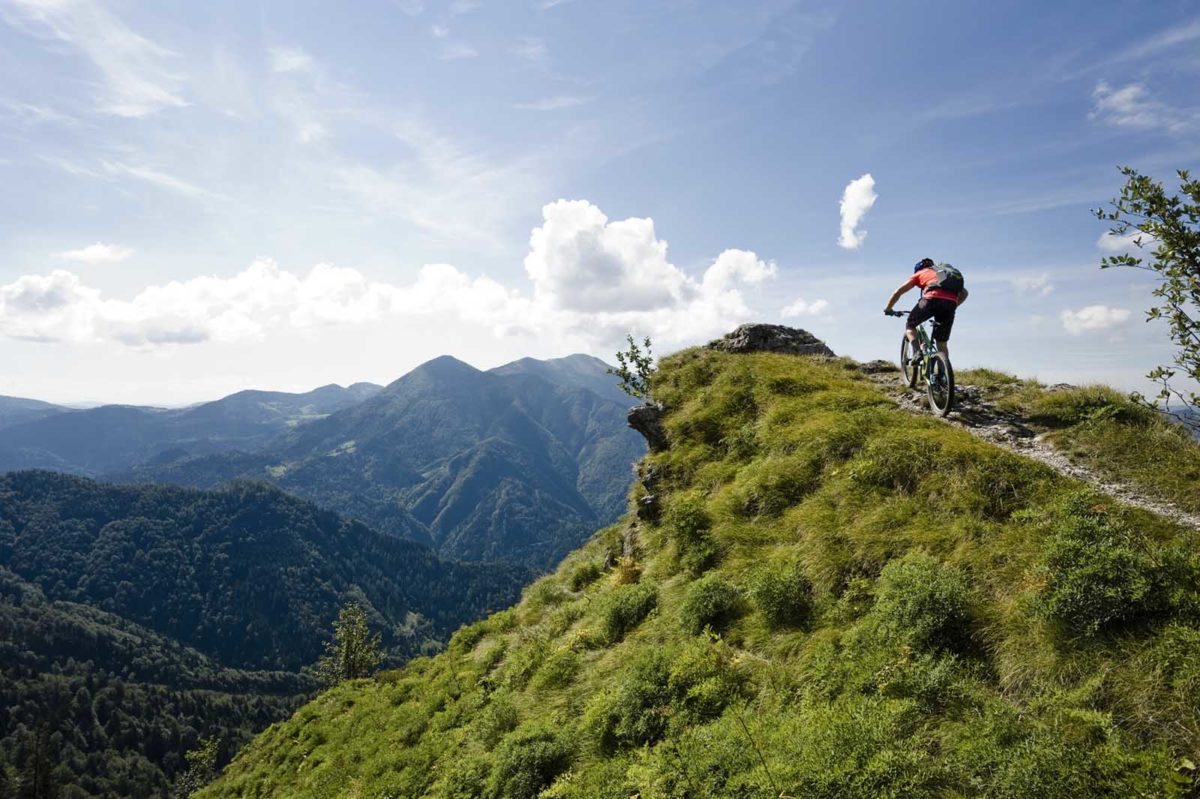 Sportfotografie-München-Mountainbike-MTB-Mann-bergauf-Panorama-Istrien-Slowenien-