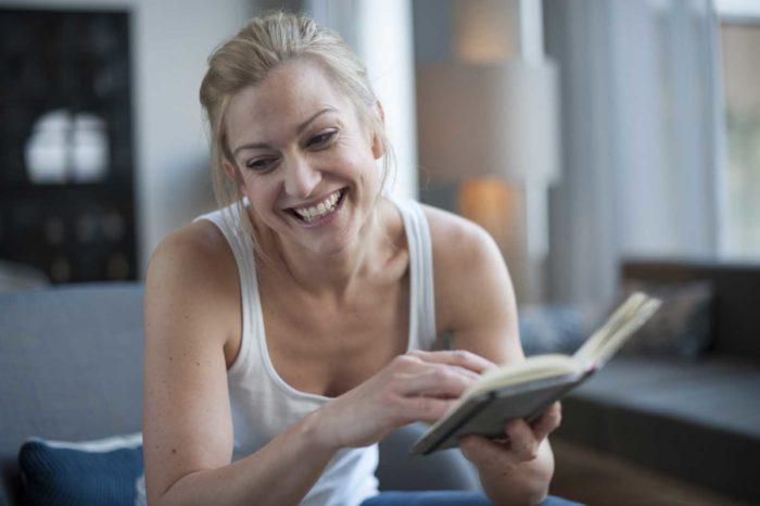 Portrait-Frau-Stephanie Kellner-lachen-Buch lesen