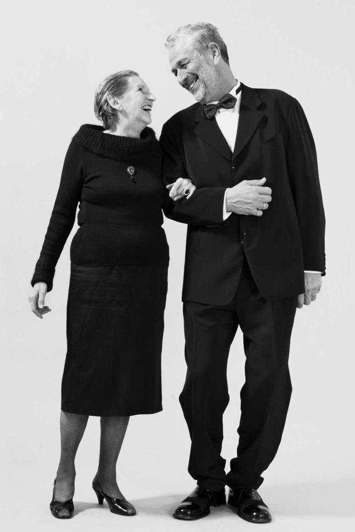 Portraitfotografie-älteres Paar-in schwarz gekleidet-schwarz-weiß