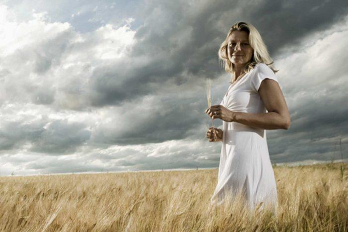 Portraitfotografie-Frau-Getreidefeld-dramatischer Himmel