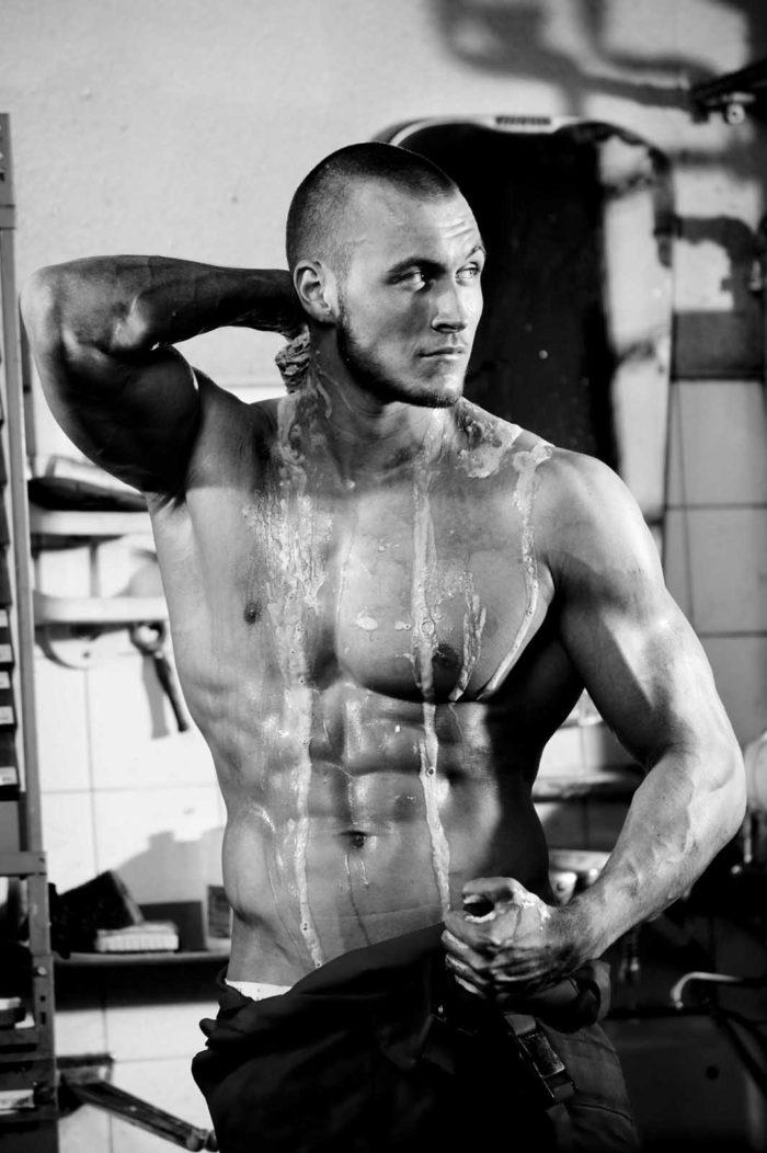 Portraitfotografie-Mann-Muskeln-erfrischt sich