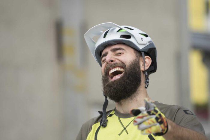 Portraitfotografie-Mann-Mountainbikehelm-lachen