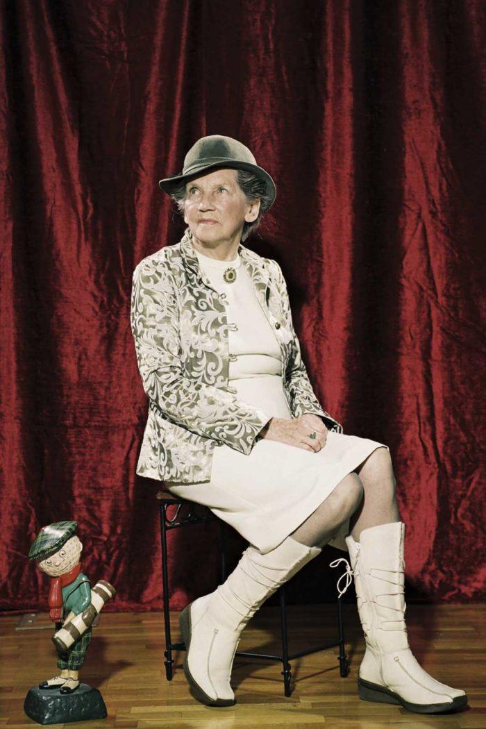 Portraitfotografie-alte Dame-sitz-Stuhl-Hut