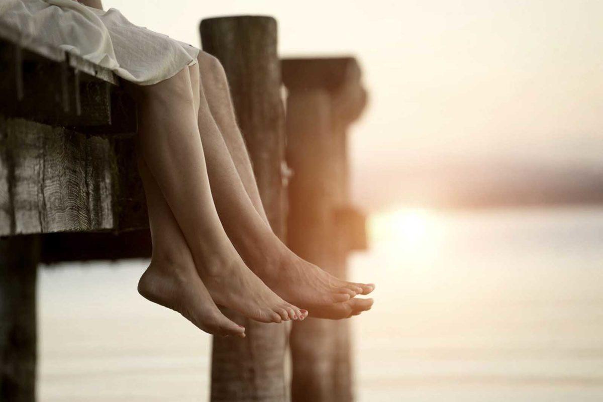 Werbefotografie-Lifestyle-Paar-Steg-Füße baumeln-Sonnenuntergang