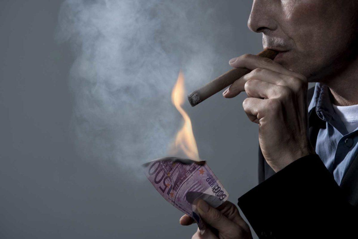 Werbefotografie-Lifestyle-Mann-Geldschein-Feuer-brennen-Zigarre-Wirtschaft