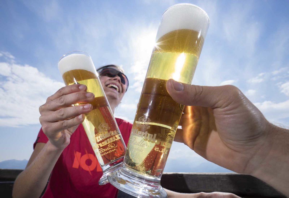 Werbefotografie-Lifestyle-Mann-Frau-anstoßen-Bier trinken-lachen