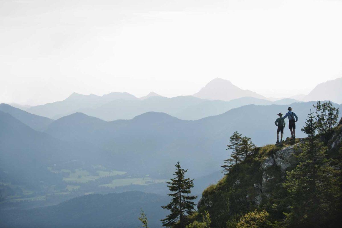 Werbefotografie-Lifestyle-Jungen-Freundschaft-Panorama-Berge-Bayern-Tracht