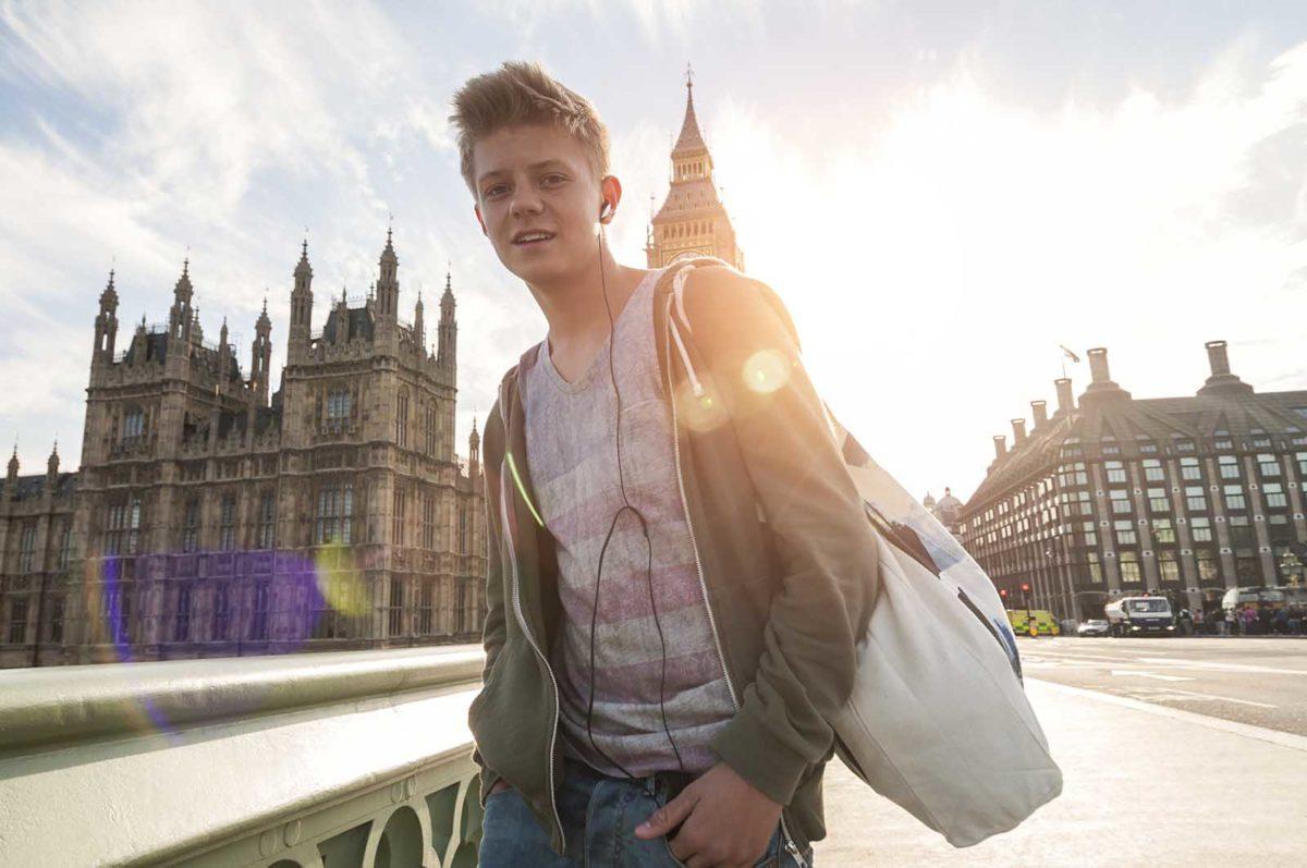 Werbefotografie-Lifestyle-Teenager-Kopfhörer-Stadt-Gegenlicht