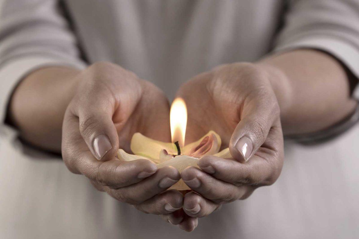 Werbefotografie-Lifestyle-Kerze-Hände-Ruhe-Stille