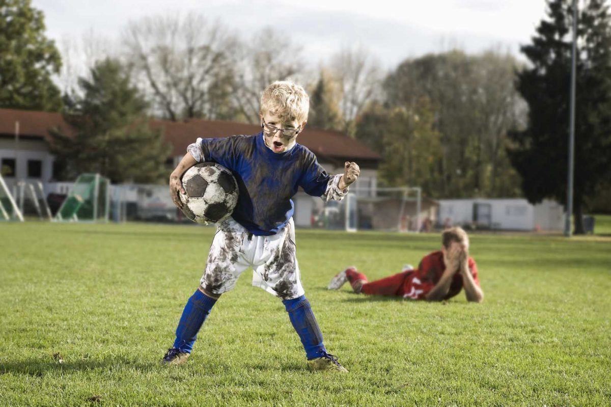 Werbefotografie-Lifestyle-kleiner Jung-Mann-Fußball-Jubel-Sieg-Niederlage