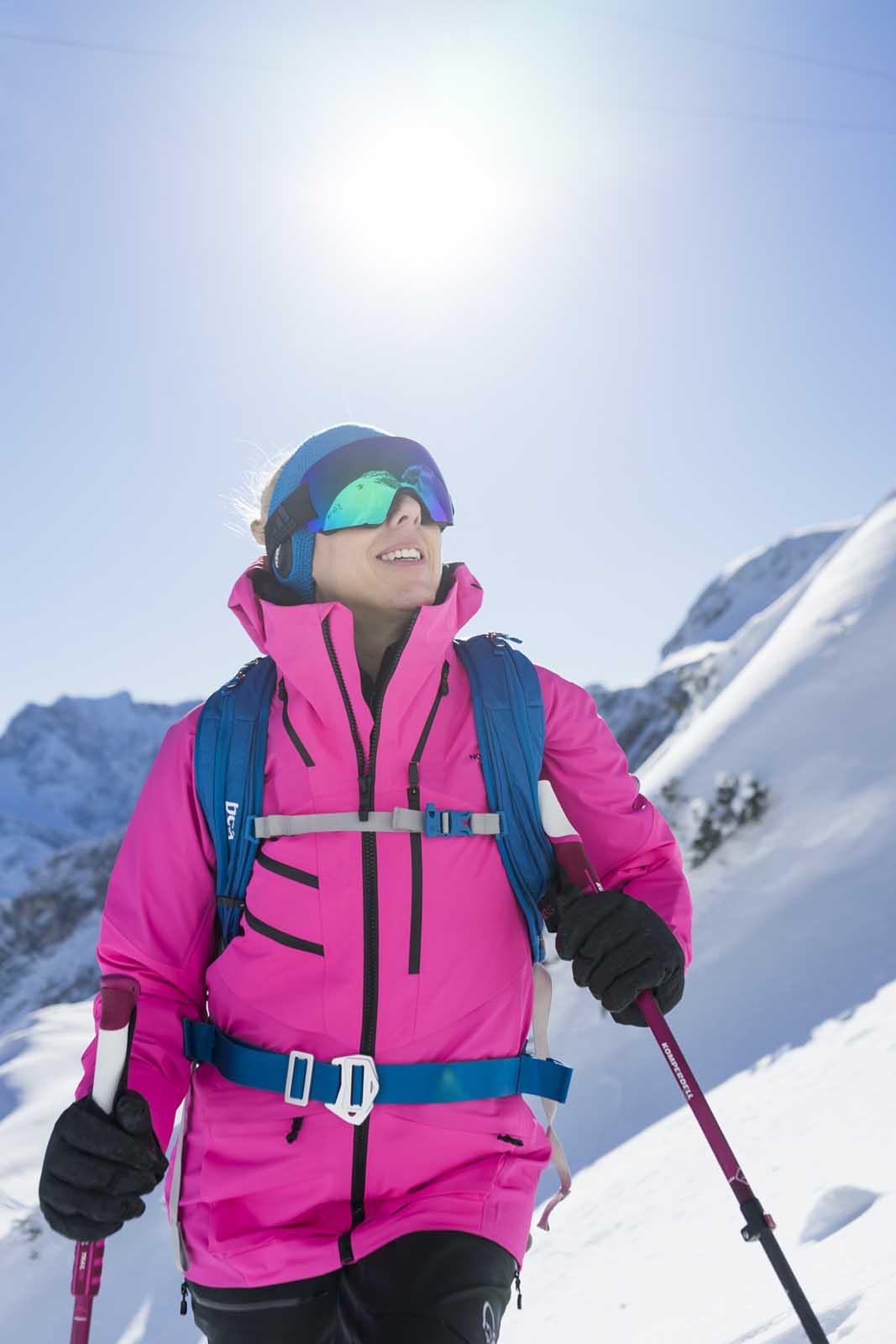 Sportfotografie-Wintersport-Ski-Skitour-Frau-Sonne-Berglandschaft-Wettersteingebirge-Zugspitzregion