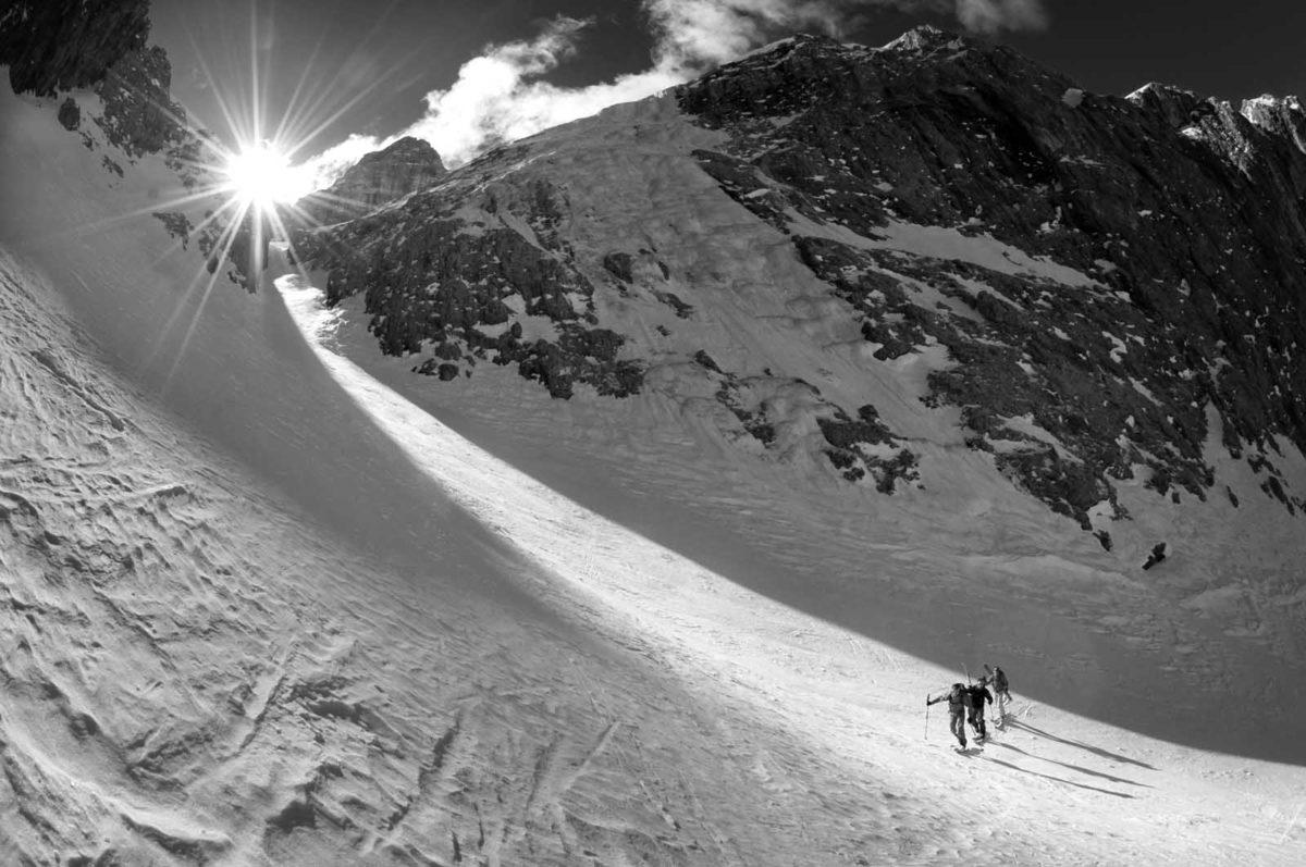 Sportfotografie-Wintersport-Ski-Skitour-Gruppe-Sonne-Aufstieg-Val Setus-Südtirol-Sella Stock-schwarz-weiss