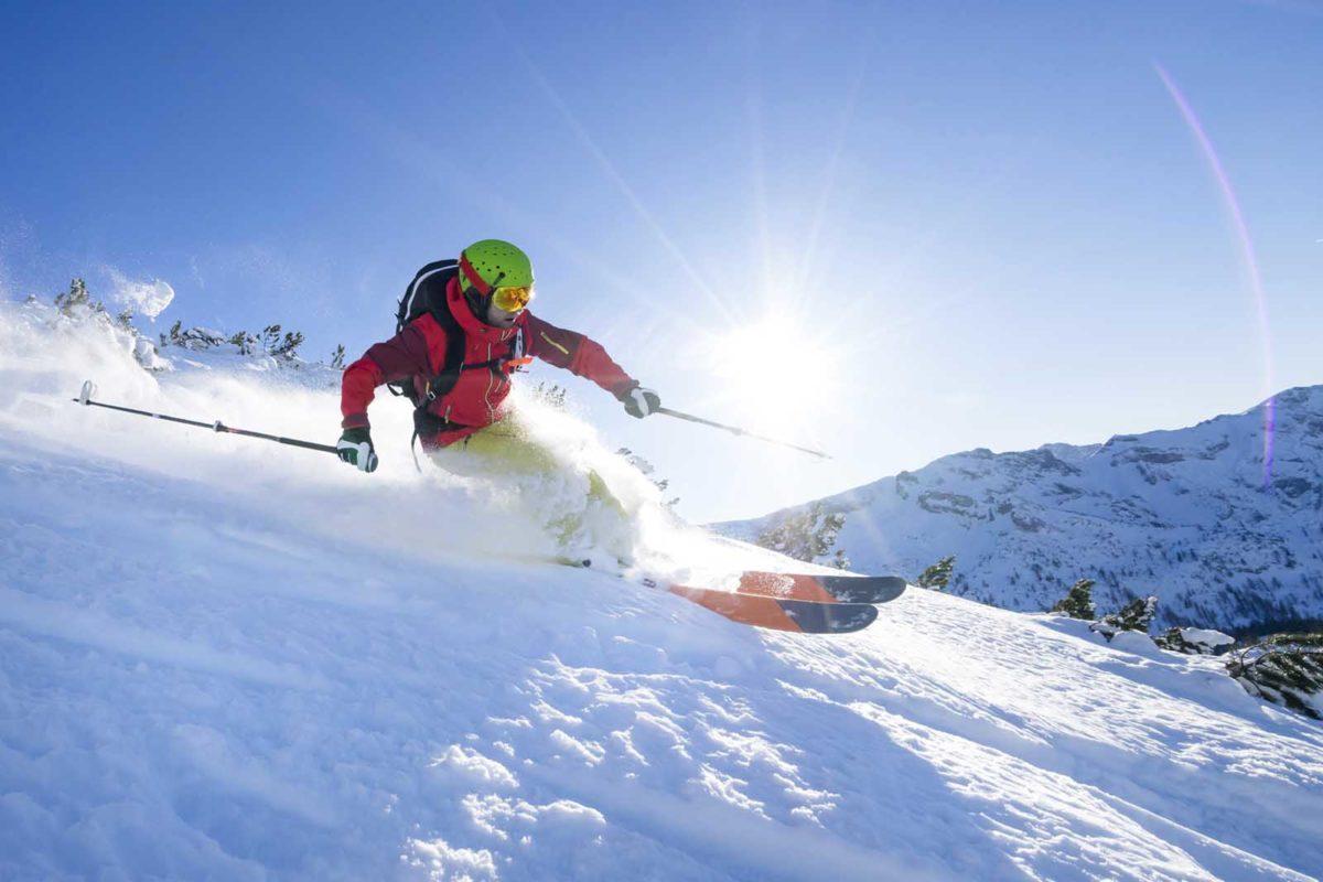 Sportfotografie-Wintersport-Ski-Skitour-Abfahrt-Sonne-Schnee-staubt