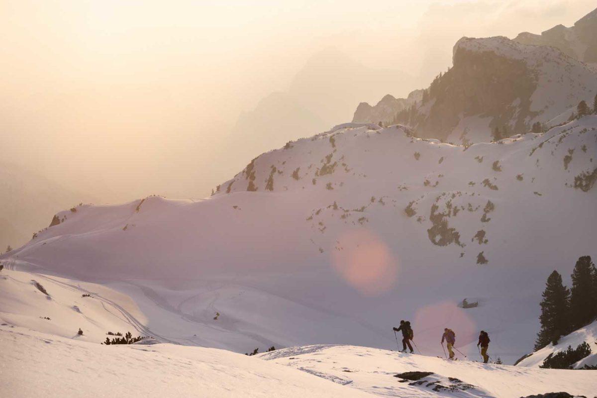 Sportfotografie-Wintersport-Ski-Skitour-Gruppe-Abendstimmung-Berglandschaft-Aufstieg-Rofangebirge-Tirol