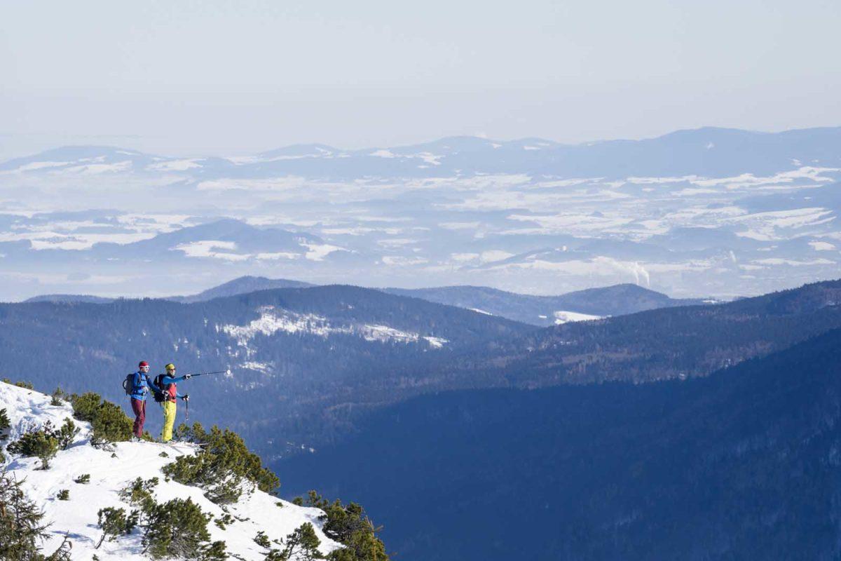Sportfotografie-Wintersport-Ski-Skitour-Bergpanorama-zwei-Skitourengänger-Achensee-Tirol