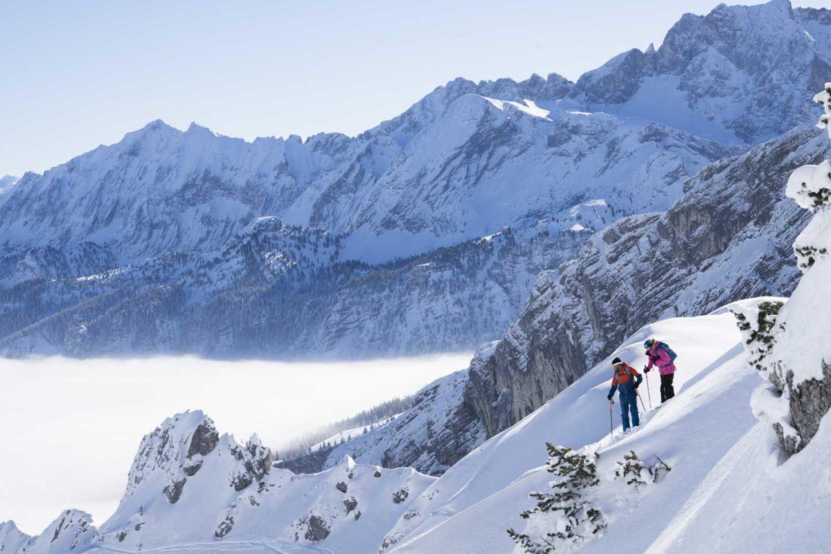Sportfotografie-Wintersport-Ski-Skitour-Bergpanorama-Winterlandschaft-zwei-Skitourengänger-Wettersteingebirge-Zugspitzregion