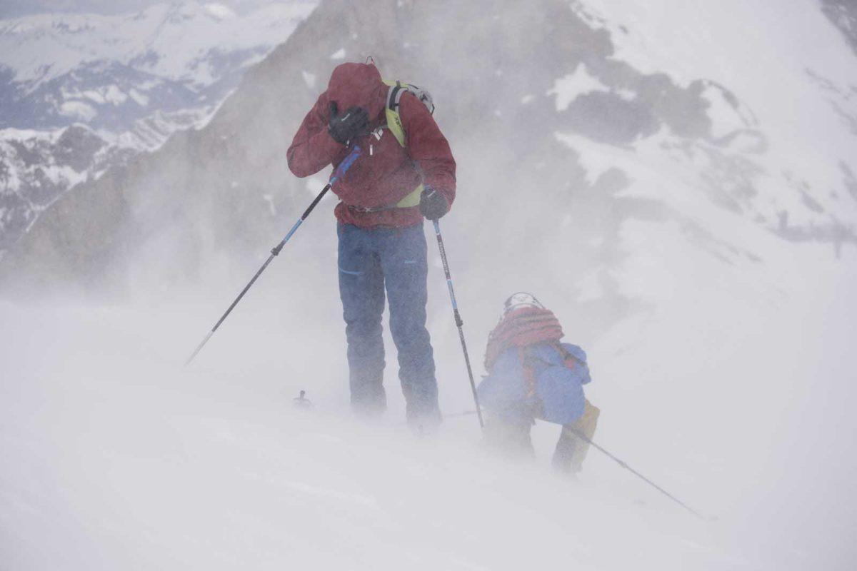 Sportfotografie-Wintersport-Ski-Skitour-Schneesturm-Berglandschaft-zwei-Skitourgänger